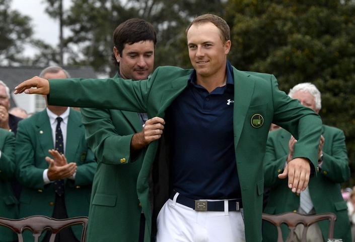 Jordan Spieth får den grønne jakke af Bubba Watson efter sejren i Masters 2015